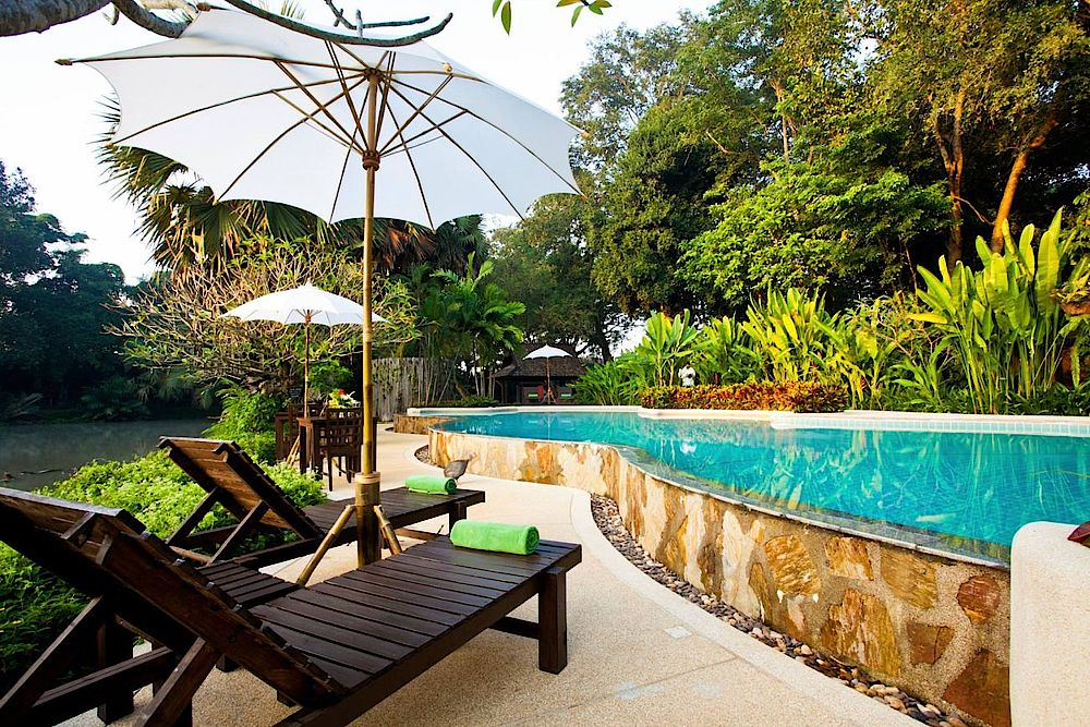 Liegen am Pool, Lampang River Lodge, Thailand Reise